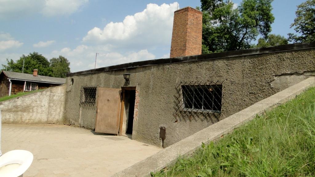 Image result for camara de gas auschwitz chaminé